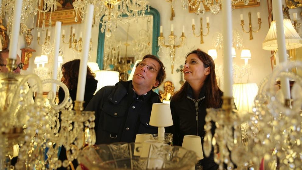 José Luis Martínez-Almeida y Andrea Levy en el Rastro. (Foto. PP)