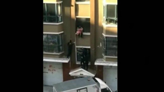 rescatar a un bebé