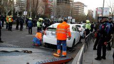 Una grúa se lleva un taxi apostado en el Paseo de la Castellana de Madrid