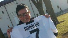 Cristiano Ronaldo mandó una camiseta a una aficionada de la Juventus a la que rompió las gafas y dañó en la nariz de un pelotazo (FB).
