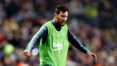 Leo Messi calienta durante el partido ante el Leganés en el Camp Nou (EFE).