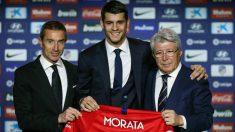 Morata, junto a Cerezo y Andrea Berta en su presentación con el Atlético. (EFE)