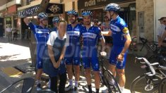 Los ciclistas del Quick Step, en un gesto muy desafortunado.