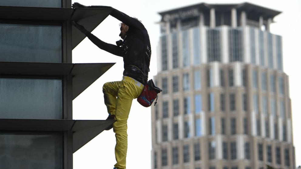 Alain Robert escaló una de las torres más altas de Manila. (AFP)
