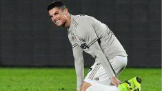 Cristiano Ronaldo se duele tras sufrir un golpe. (AFP)