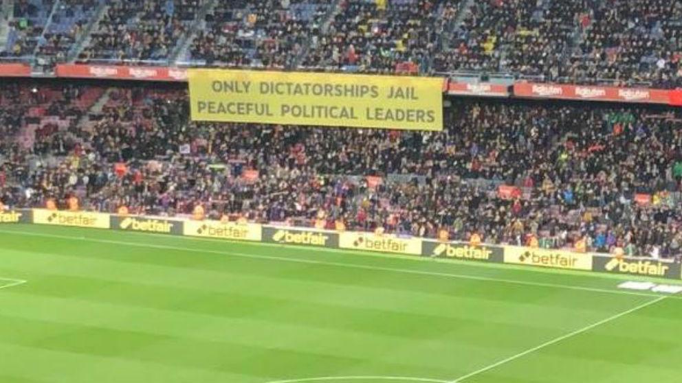 Aficionados del Barcelona sacaron una pancarta en apoyo a los políticos golpistas independentistas.
