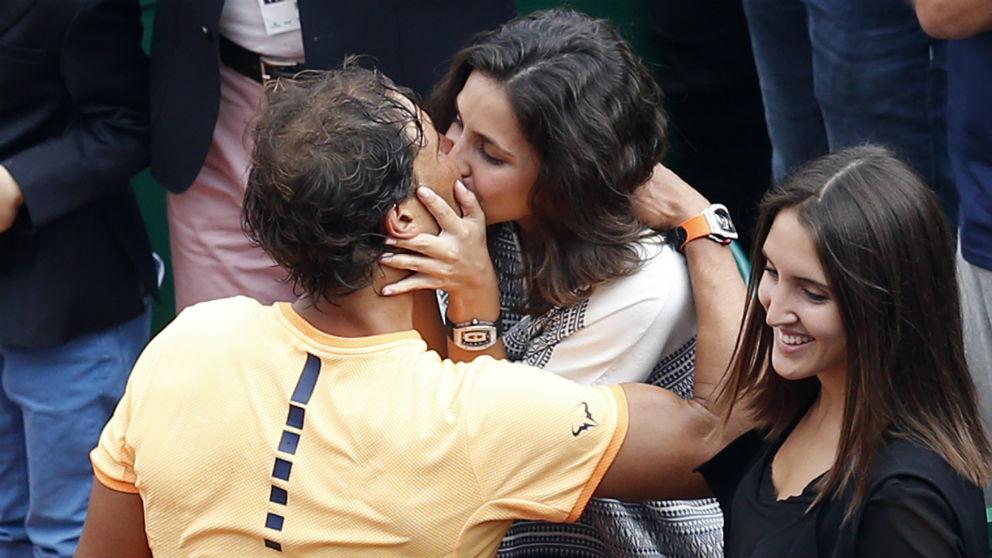 Rafa Nadal y Xisca Perelló se besan tras una victoria del español en Montecarlo. (AFP)