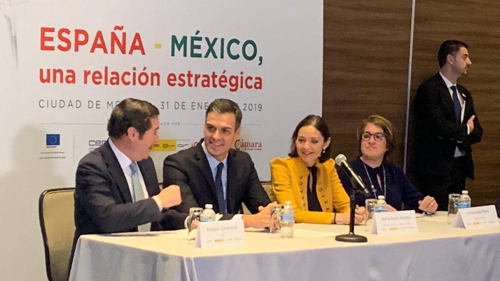 Pedro Sánchez, junto a Reyes Maroto, Inma Riera y Antonio Garamendi en un desayuno con empresarios en México. Foto: Joan Guirado