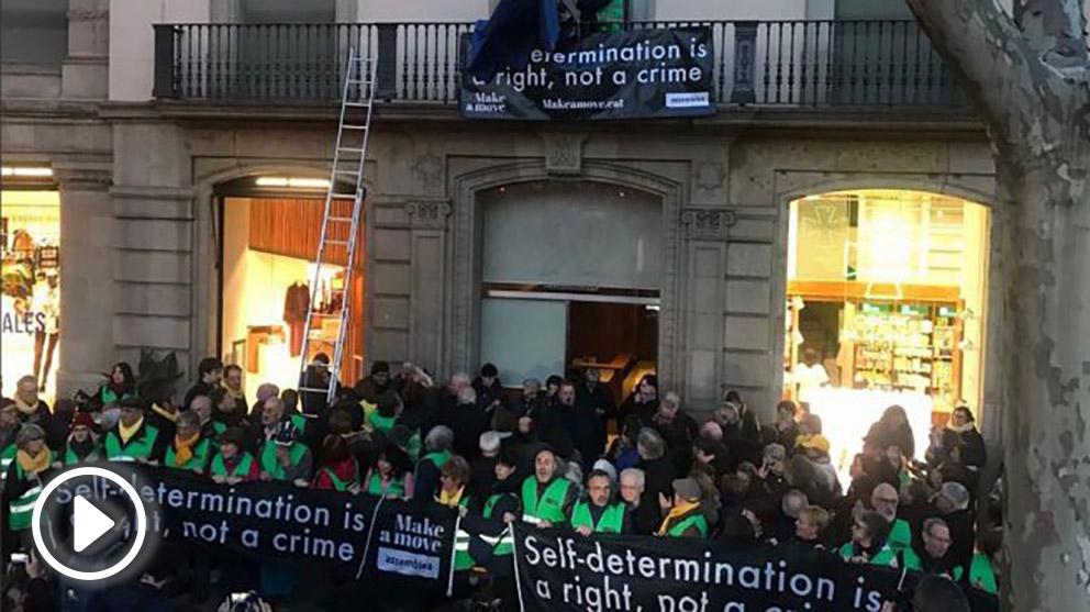 Activistas de la ANC en la sede de la UE en Barcelona (Foto: Twitter @assemblea)