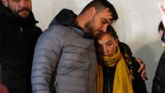 El padre de Julen, José Roselló, abrazado a su mujer y madre del pequeño que falleció tras precipitarse a un pozo en la localidad malagueña de Totalán. Foto: Europa Press