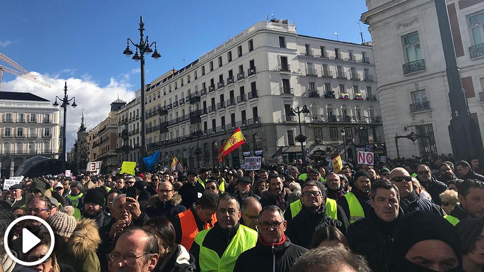 Pensionistas y taxistas se unen en una manifestación para reclamar mejoras sociales y acabar con la precariedad