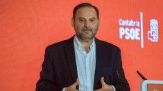 El secretario de Organización del PSOE y ministro de Fomento, José Luis Ábalos, interviene durante el acto-comida que su partido celebra en Santander para dar inicio a la precampaña electoral. EFE/ Román G.Aguilera