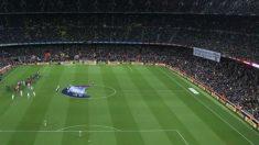 La pancarta, en el primer anfiteatro del Camp Nou.