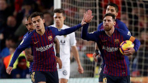Leo Messi celebra con Coutinho un gol al Valencia (EFE)
