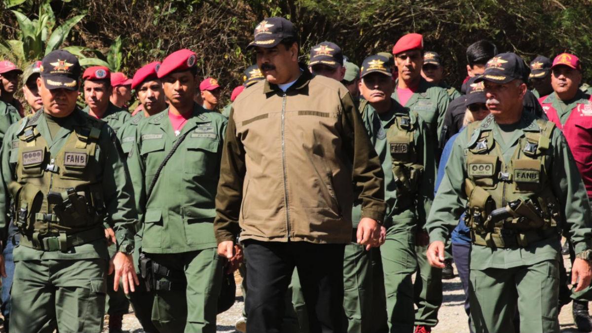 Maduro con miembros del ejército (EP).