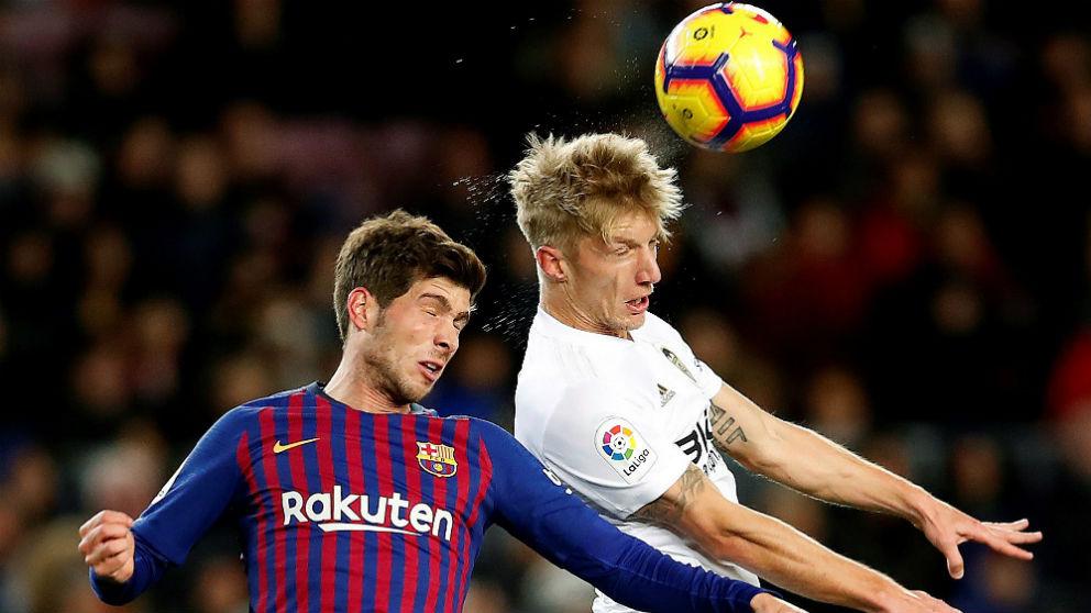 Sergi Roberto y Wass disputan un balón en el Barcelona – Valencia. (EFE)