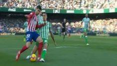 Zou Feddal derriba a Morata en el Betis – Atlético de Madrid.