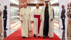 El Papa Francisco es recibido por el Príncipe heredero de Abu Dhabi Mohammed bin Zayed al-Nahyan (C-R) a su llegada al Aeropuerto Internacional de Abu Dhabi en la capital de los Emiratos Árabes Unidos el 3 de febrero de 2019. Foto: AFP
