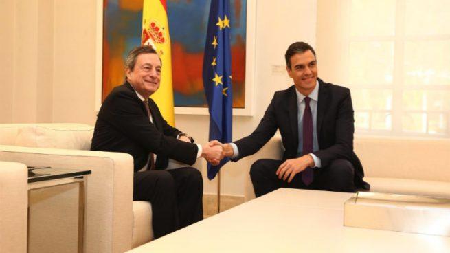 El presidente del BCE, Mario Draghi, y el presidente del Gobierno, Pedro Sánchez.