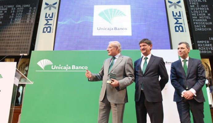 Los directivos de Unicaja Enrique Sánchez del Villar y Manuel Azuaga, en la salida a bolsa de la entidad en mayo de 2017