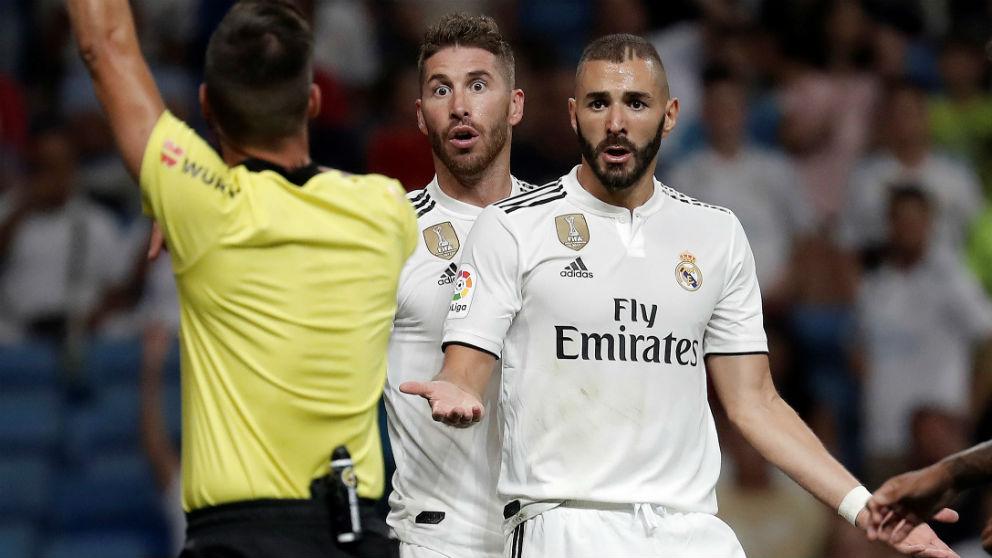 Benzema y Sergio Ramos protestan una jugada a Estrada Fernández. (Getty)