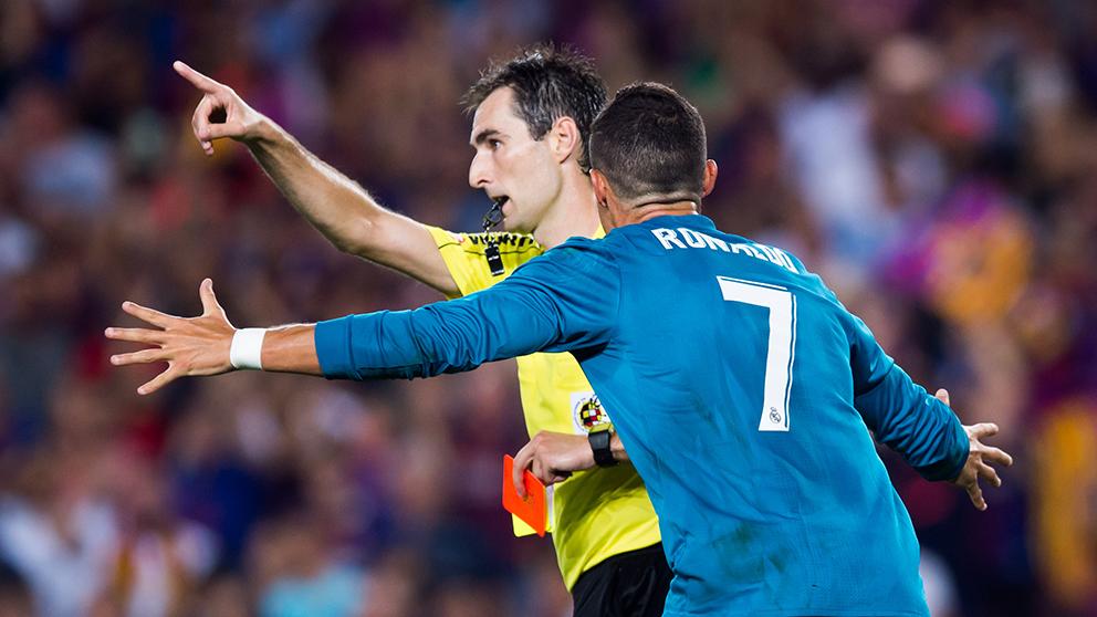 Cristiano Ronaldo no entiende la expulsión de De Burgos Bengoetxea en la Supercopa de España de 2017 ante el Barcelona. (Getty)