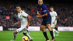 Lucas Vázquez y Jordi Alba, en un Clásico en el Camp Nou. (Getty)