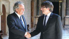 El falso Premio Nobel de la Paz, Ahmed Galai, junto al ex presidente de la Generalitat, Carles Puigdemont, en una reunión que mantuvieron en el Palau en septiembre de 2017 (Foto: Europa Press)