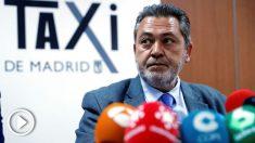 El portavoz de la Federación Profesional del Taxi de Madrid, Julio Sanz, durante la rueda de prensa que han ofrecido este miércoles las asociaciones convocantes de la huelga indefinida del sector del taxi madrileño. (Foto: EFE/Zipi)