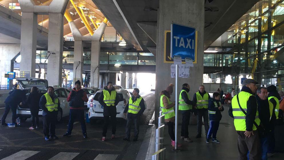 Los taxistas en huelga en el aeropuerto de Madrid.