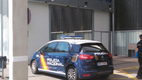 Un coche patrulla frente a la puerta de Urgencias del Hospital de Burgos. Foto: Europa Press