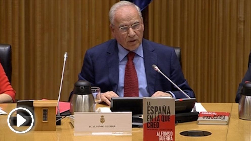 Alfonso Guerra, este miércoles en la presentación de su libro en el Congreso. (Foto: Enrique Falcón)