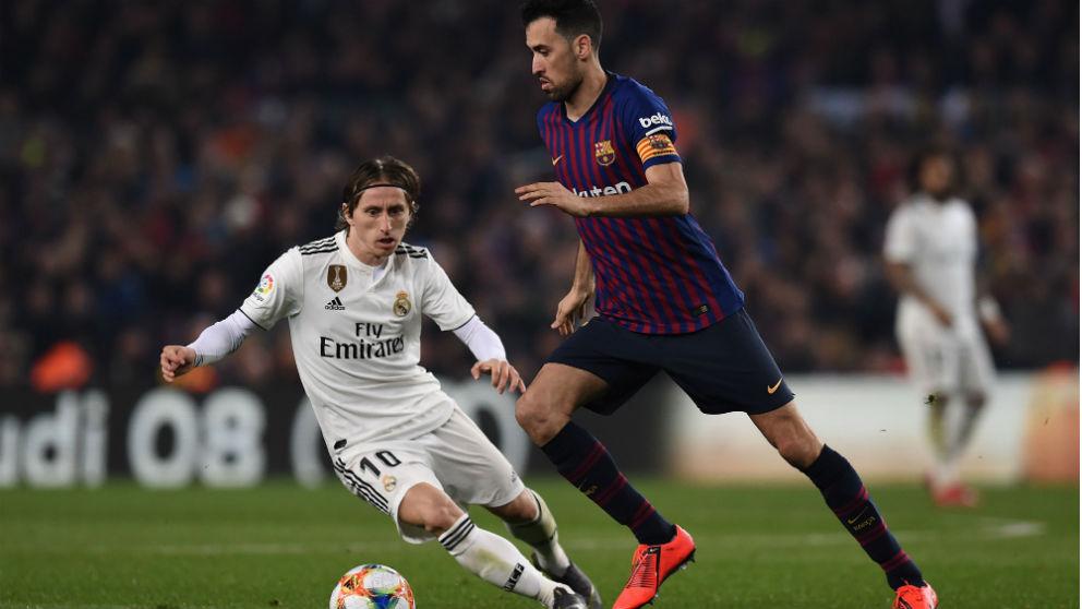 Luka Modric le intenta robar el balón a Busquets en el Barcelona – Real Madrid de la ida de las semifinales de la Copa del Rey. (Getty)