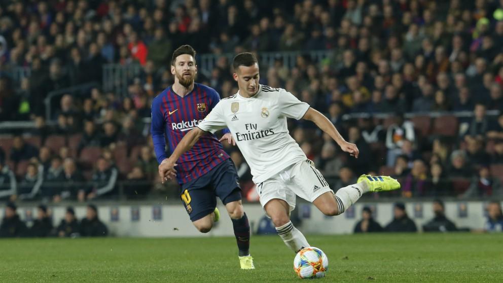Lucas pugna con Messi por un balón. (AFP)
