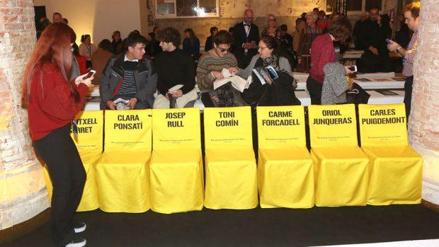 La semana de la moda de Barcelona viste de amarillo sillas vacías en homenaje a los golpistas