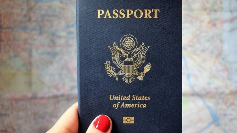 El Ministerio del Interior establece que si el pasaporte se ha sustraído o se ha perdido, y estaba en vigor, se deberá presentar una denuncia por tal hecho.