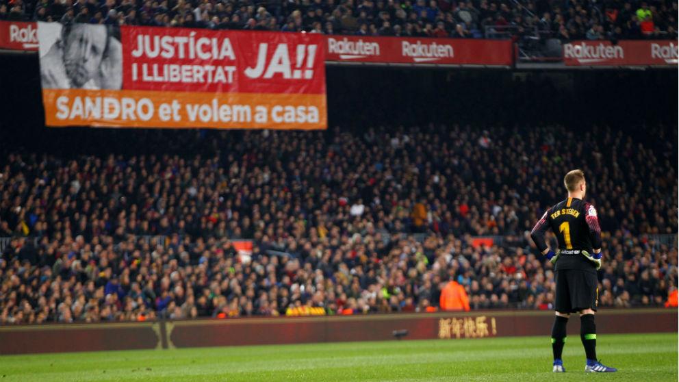 El Camp Nou pide justicia para Sandro Rossell. (EFE)