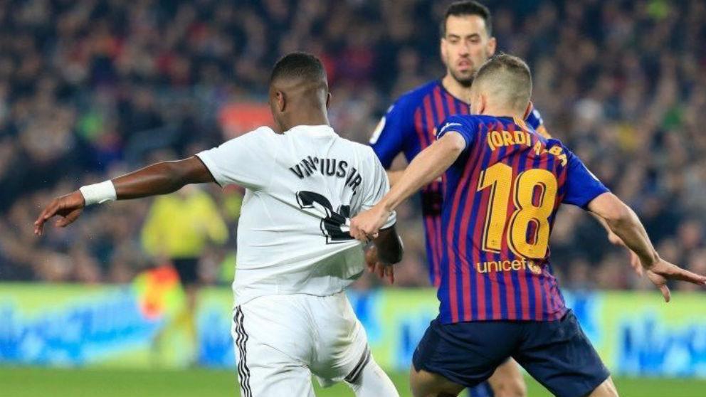 Jordi Alba agarra a Vinicius dentro del área. (LaLiga)