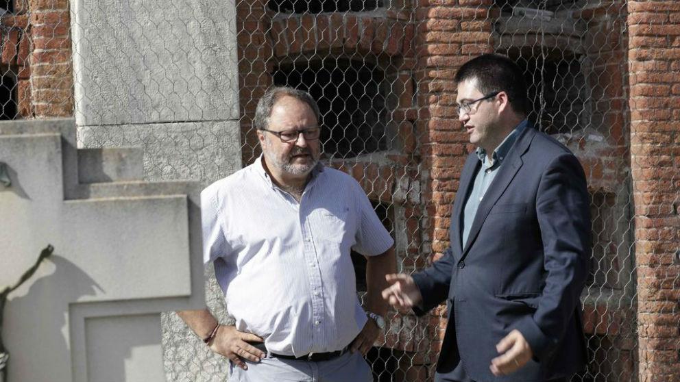 Carlos Sánchez mato (dcha.) pasea con el concejal de Salud Manuel Barbero por el cementerio de La Almudena