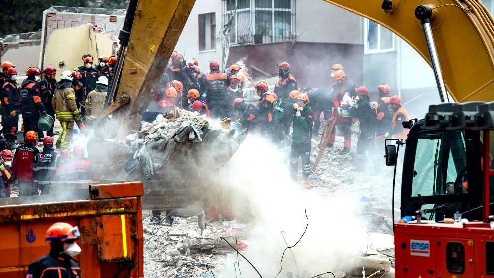 Bomberos y equipos sanitarios trabajan en el rescate de víctimas del derrumbe (Foto: AFP).
