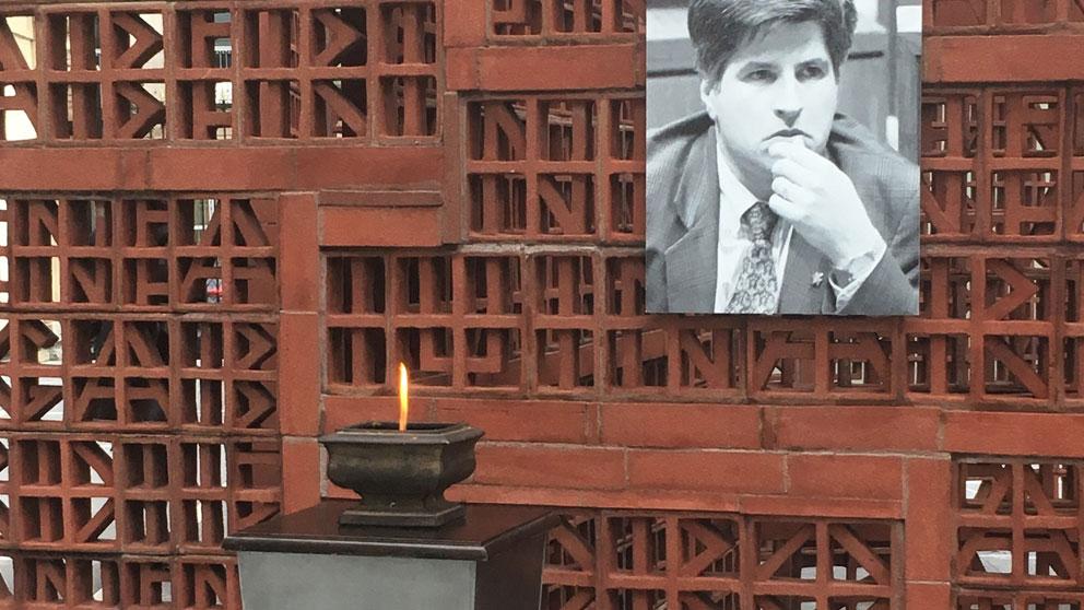 En el exterior de la Cámara, se ha colocado una fotografía de Gregorio Ordóñez y se mantendrá encendido un pebetero frente a la escultura en memoria de las víctimas del terrorismo. Foto: Europa Press