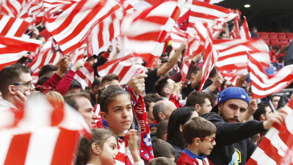 Aficionados del Atlético de Madrid ondean banderas rojiblancas. (atleticodemadrid.com)