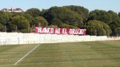La pancarta de la afición del Atlético presidiendo el Cerro del Espino.