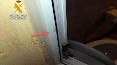La ventana que los detenidos forzaron para acceder a la vivienda de la localidad de Cayón (Cantabria).