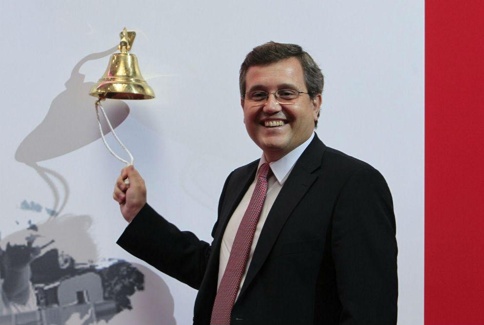 Ricardo Currás haciendo el toque de campana de la salida a bolsa