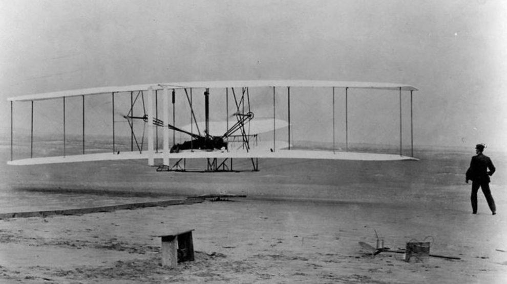 Este primer vuelo tuvo lugar el 17 de diciembre de 1903, en Kitty Hawk (Carolina del Norte, EE.UU.).