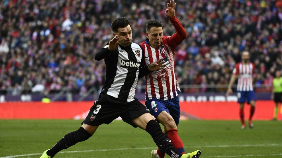 Toño, en un partido del Levante contra el Atlético. (AFP)