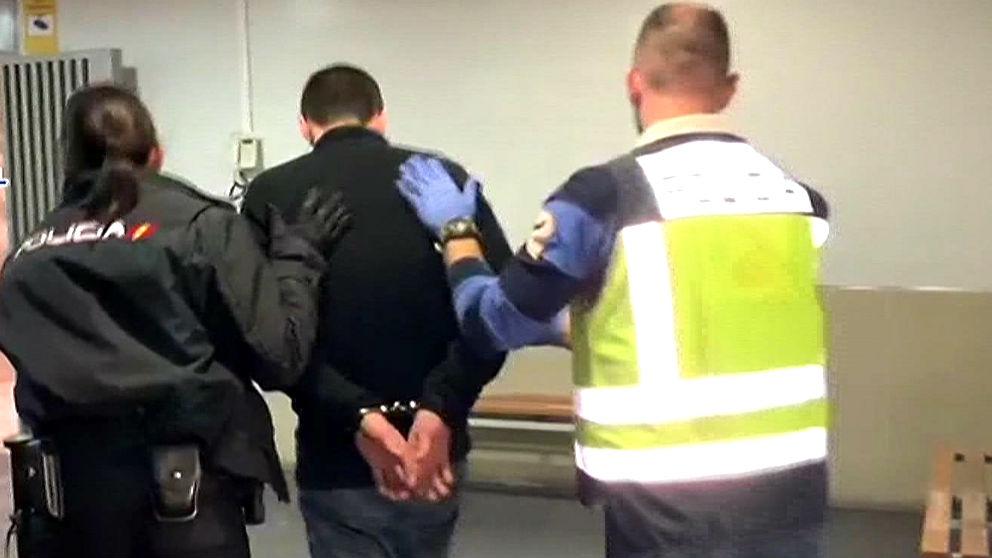 El detenido conducido por la Policía (Foto: EFE).
