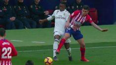 Correa golpea claramente a Vinicius en el origen del gol de Griezmann.