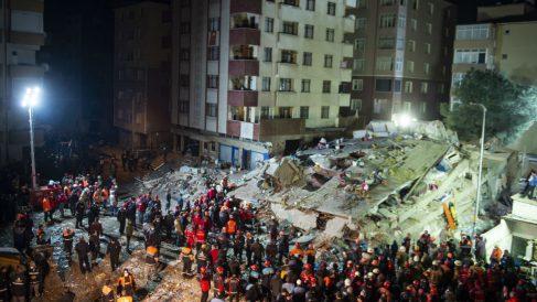 Efectivos en el edificio derrumbado en Estambul. Foto: AFP